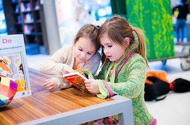 2020-01 meisjes met boek.jpg (49180 bytes)