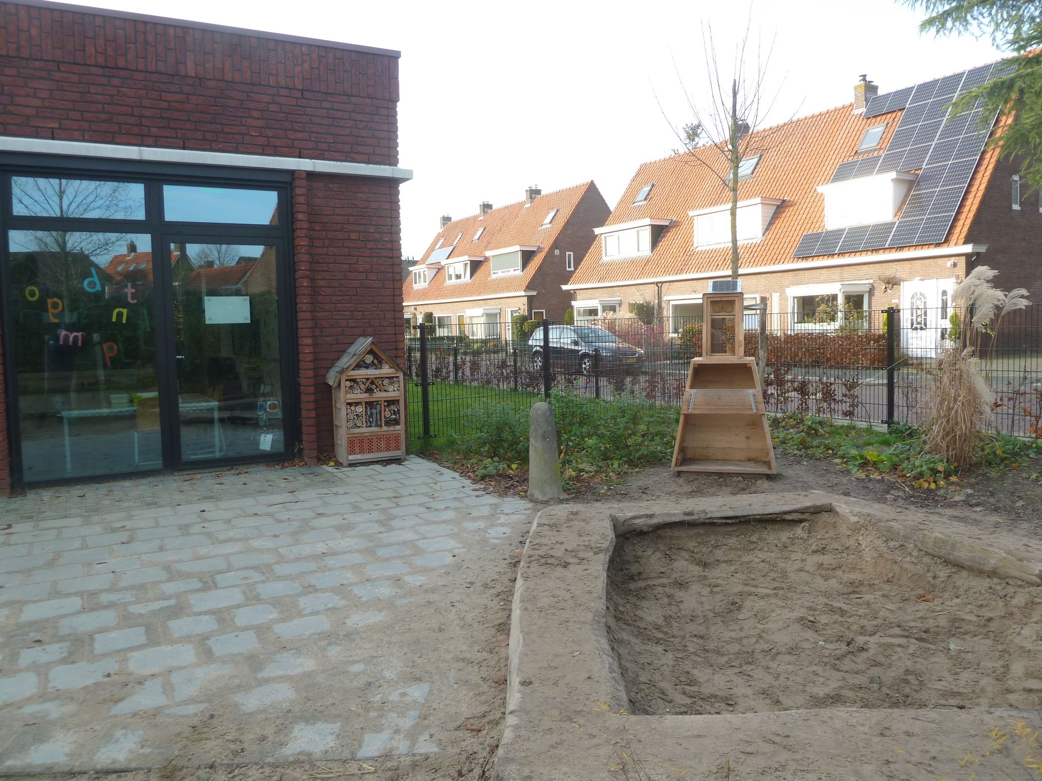 WA273-1 De Belatafel muzikaal bijenhotel De Bijenkorfschool Buurtseweg Kluizenaar-Besten.JPG
